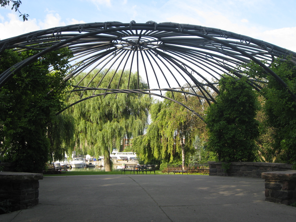 Menuett in Toronto Music Garden