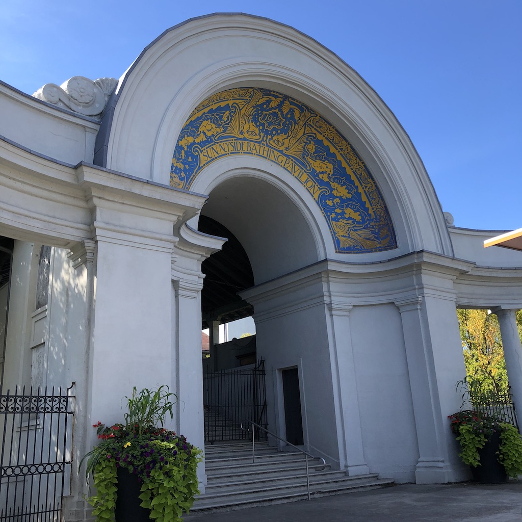 Sunnyside Bathing Pavilion front entrance and archway in Beaux-Arts style.